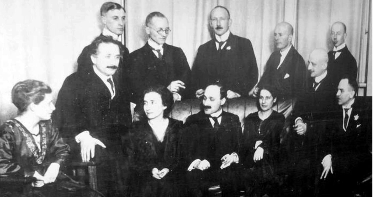 Химики и физики, среди которых Альберт Эйнштейн иФриц Гебер.